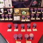 上林春松本店 - 店内 お抹茶が並んでいます♪紫がチャームポイントです♪