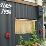 19672858 - 客車や貨車の尾灯がお店の側面に飾られている。