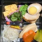 牛長本店 - ←煮豚・煮玉子・玉子焼き・酢の物・高野豆腐と野菜の炊き合せ・シュウマイ?♪