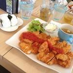 かもめ食堂 - チキンカツプレート。おにぎりとドリンク選び放題で950円