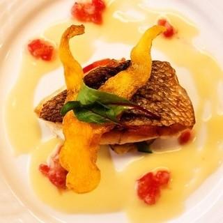 市場で仕入れる鮮魚料理
