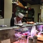 千鳥寿司 - カウンターとテーブル席があります