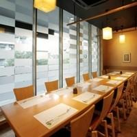 旬味市場 - 窓際のお席です。8名様以上で個室利用可能です。