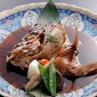 旬味市場 - お刺身にした魚の頭はかぶと煮付けとなります。これがまた美味しいと評判です☆