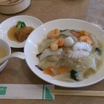 中国料理 桃仙 - Bセット(1,400円) 中華飯、小皿、小点心、スープ、浅漬けザーサイ、(デザートは後で)