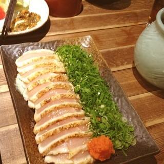 宮崎県日南市 塚田農場 - 鶏料理が豊富で、どれも美味しい‼ コラーゲンたっぷりお鍋や、新鮮な生野菜をもろ味噌につけて食べました。 生ビールもカシスリキュールで、泡の部分がピンクのハートに♡  女の子の店員さんは、みんな短めの浴衣を着ていて可愛かったし、活気のあるお店でした。