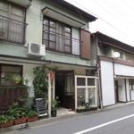 19688969 - 熊谷の喫茶店「シナモンカフェ」の外観 右隣は「慈げん」