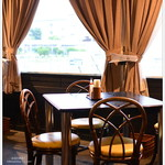鶴商文庫 - 以前の訪問からテーブルのレイアウトが少し変わった模様