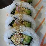 鮨DINING 辰 - カニカマ、玉子、キュウリ、アボガドが入っていて、ゴマがトッピングされたロール
