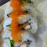 鮨DINING 辰 - サーモン、キュウリ、水菜、チーズが入っていて、トビコがトッピングされたロール