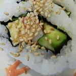 鮨DINING 辰 - カニカマ、玉子、キュウリ、アボガド、ゴマがトッピングされたロール アップ