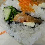 鮨DINING 辰 - サーモン、キュウリ、水菜、チーズ、トビコがトッピングされたロール アップ