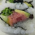 鮨DINING 辰 - 鮪、青菜、キュウリ、アボガド、沢庵、キャビアがトッピングされたロール アップ