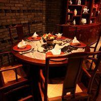 全聚徳 - テーブルに使用する大理石は中国・大理から取り寄せたもの。時間を忘れるほどくつろげます。