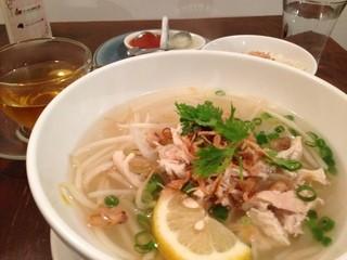 カフェ ヴィエット アルコ - ランチ:鶏肉のフォー、海南鶏飯サラダドリンク(蓮茶)付き¥800
