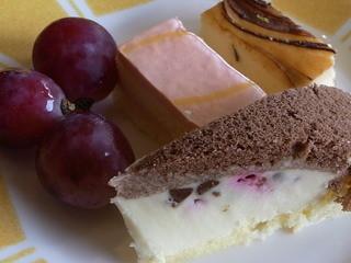 バイキングレストラン ヴェルデ - 葡萄・ムースのケーキ・ベイクドチーズケーキ・イタリアの伝統菓子ズコッタ♪