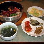 アリラン - ランチにはスープ、サラダと三品のおかずが付きます