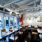 アールティーズ・インディアン・カフェ - 内観写真:明るい店内はインドの寺院をイメージして作りました。