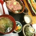 笑の家 - ネギトロ丼 めちゃ多い。しかも、サザエでかっ!  これで千円?