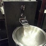 フィオレンティーナ - 1Fのエントランスの手前の近未来的な手洗い場