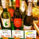 Sakayanakamura - 日替わりのワイン。赤と白は300円。シャンパーニュは700円。