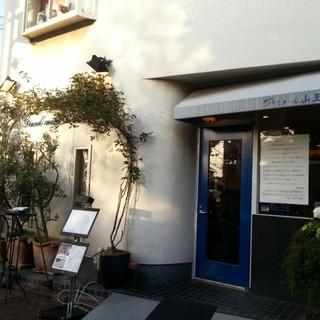 JR大森駅より徒歩約6分。閑静な住宅街の一角にある隠れ家的レストランです。
