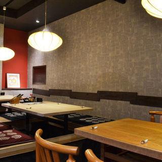 落ち着いた空間でお食事をお楽しみください。