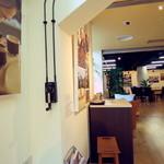 ドイトンコーヒーショップ - 壁面には、ディスプレーもたくさんです。