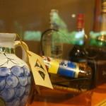 19714371 - 壁の洋酒のディスプレイ