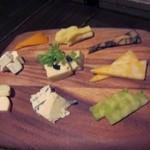 カフェ&バー チーズ - ナッツの後はお店の名前にもなってるチーズの盛り合わせをいただいてお酒をいただきました。