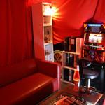 オレンジムース - **ほのかに暗いムードたっぷりの赤色の空間**スロットもあり、遊び心満載のルーム♪