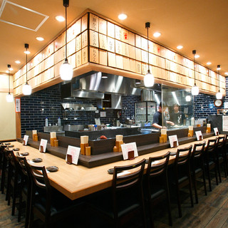 明るい雰囲気の空間で、お食事や宴会コースをお楽しみください!