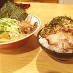 武蔵野アブラ学会 - ストレス発散に学会で油そばと肉飯。