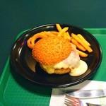19732380 - お皿の上で、ナイフとフォークで食べるスノーバーガー!