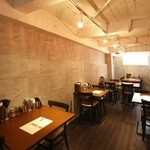 麺工房、あさか - 地下にはゆったり広々テーブル席!