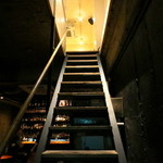 コモングラウンド - 隠れ家レストランから下りると・・・そこはバー