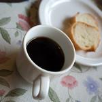 19735392 - コーヒーやパンも用意。