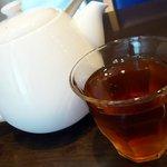 聖兆 - 席に着くと冷たいお茶とメニューが運ばれてきました。さて、何にしましょうか。