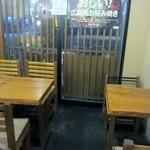 今生焼 - お店は焼き名がお好み焼きの食べれる対面式のカウンター席とテーブル席がありましたが私達は6人だったんでお店中央のテーブル席を使って食事です。