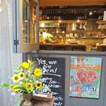 ピッツェリア テルツォ オケイ - 外から見える厨房とカウンター