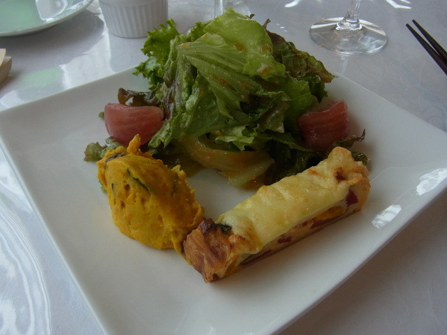 アトリエ・ドゥ・吉美 - お手軽ランチ(1380円)の前菜。もちっとした生地のキッシュがおいしい