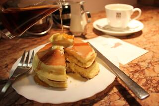 サンシャイン - とってもアツアツ、上に乗せたバターがとろりと落ちちゃいます。メープルシロップを沢山かけて召し上がれ!