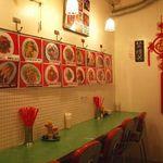幸福粥店 - 屋台風の店内!お一人様ももちろんOKのカウンター席もあります