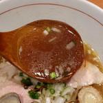 麺と心 7 - 牛骨魚介そば(淡口) スープ
