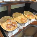 鎌倉ニュージャーマン - 店舗限定のパンが数種類おいてあります