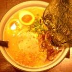 花火 - 花火ラーメン(半熟卵、海苔3枚、ニンニクチップ)
