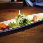 イタリア料理イケミ - 【イケミコース】前菜サラダ (左)フランポワーズ (中央)りんごベースのフレンチドレッシング (右)新たまねぎとブラッドオレンジの3種のドレッシング