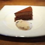 イタリア料理イケミ - 【イケミコース】ドルチェ チョコレートケーキとラムレーズンとプラムのアイス