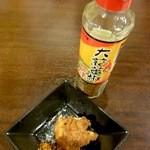居酒屋ほんま - 各卓にある大蒜蕃椒七味