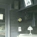 タローズ - 渋い雰囲気の店内
